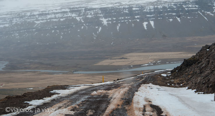 Carretera de grava con hielo. Conducir en Islandia