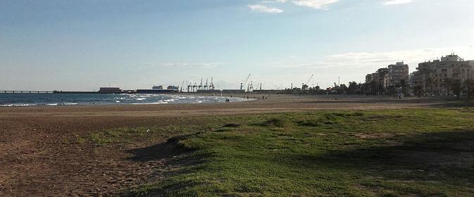 Playa y puerto de la ciudad
